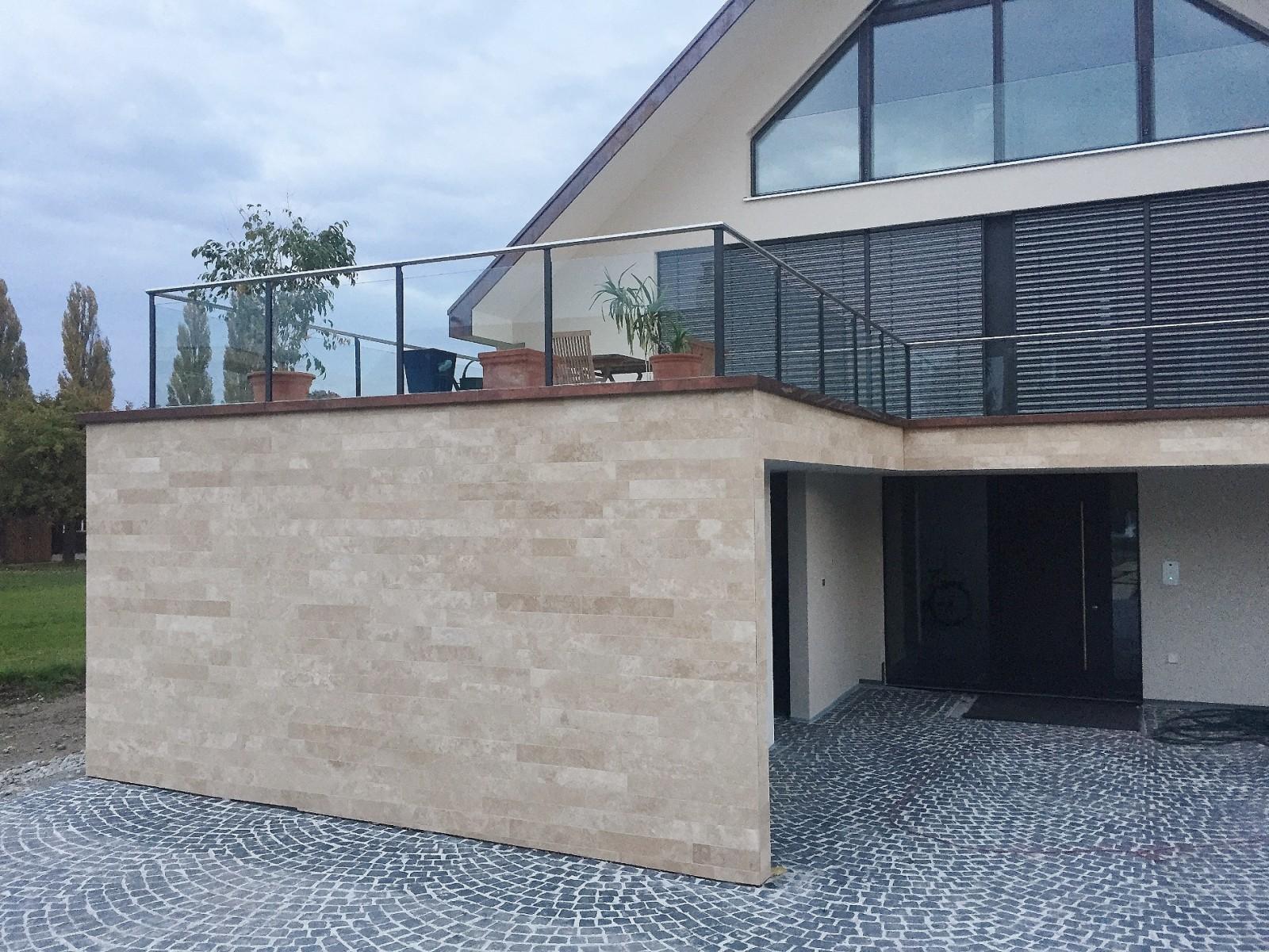 Travertin Fliesen Crema als Fassadenfassade