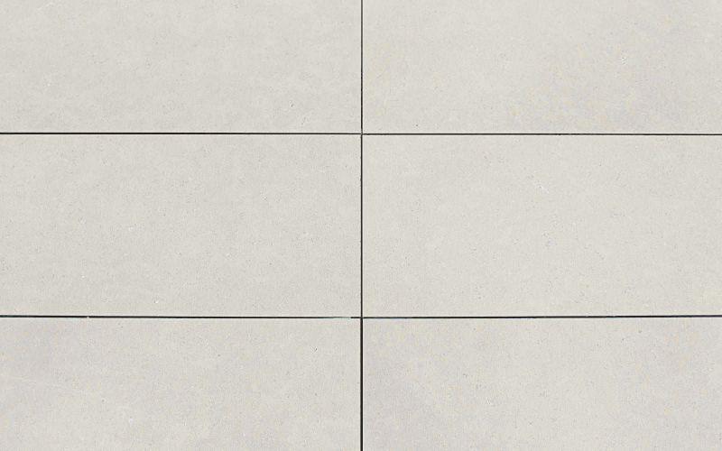 beige Naturstein Terrassenplatten aus sandgestrahltem & gebürstetem Kalkstein