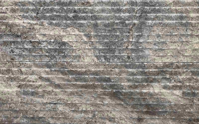 Grauer Travertin Naturstein als Wandverblendung