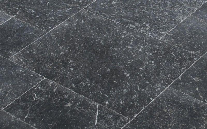 Schwarze Naturstein Terrassenplatten Black Rustic