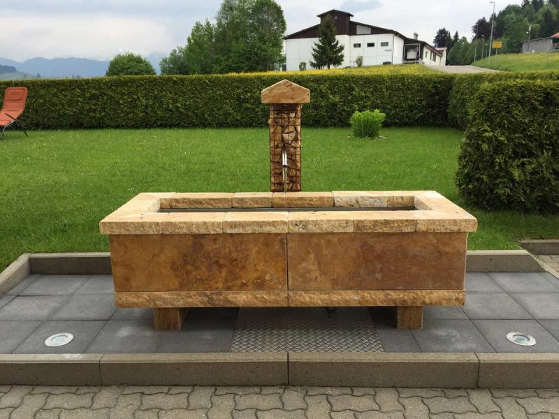 Rustikaler Brunnen aus Travertin Gold
